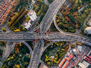 foto aérea de tráfego e cruzamentos