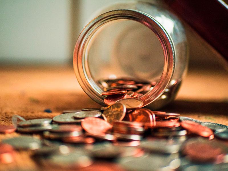 jarro de moedas caído