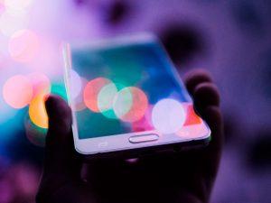 segurando celular ocm um efeito de luz