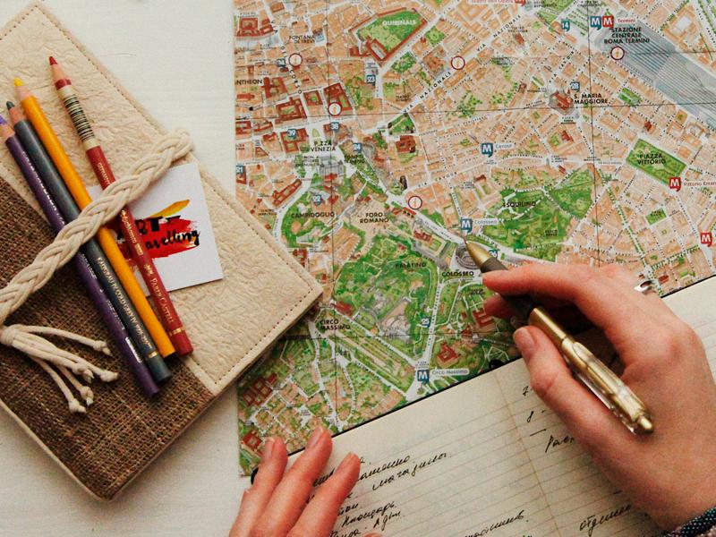 caderno com lápis e um mapa