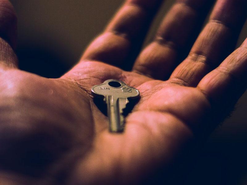 segurando chave na palma da mão