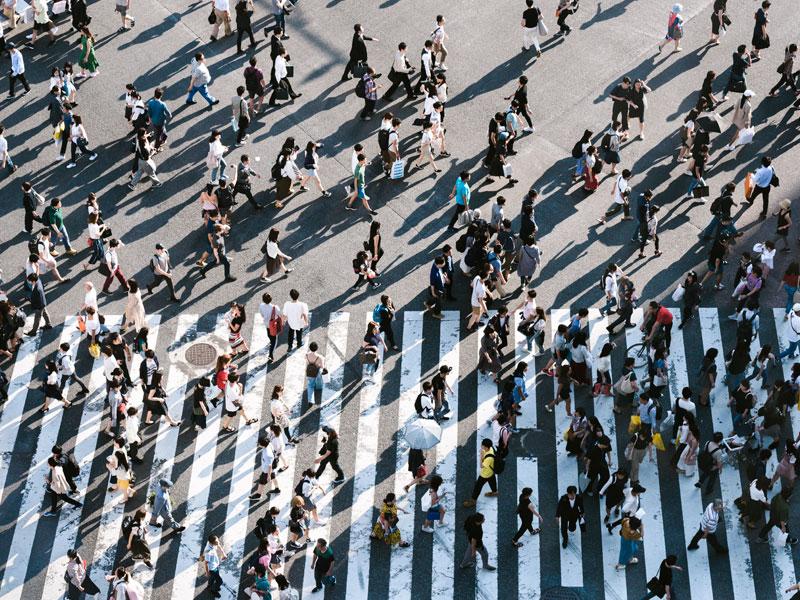 rua cheia de pessoas atravessando