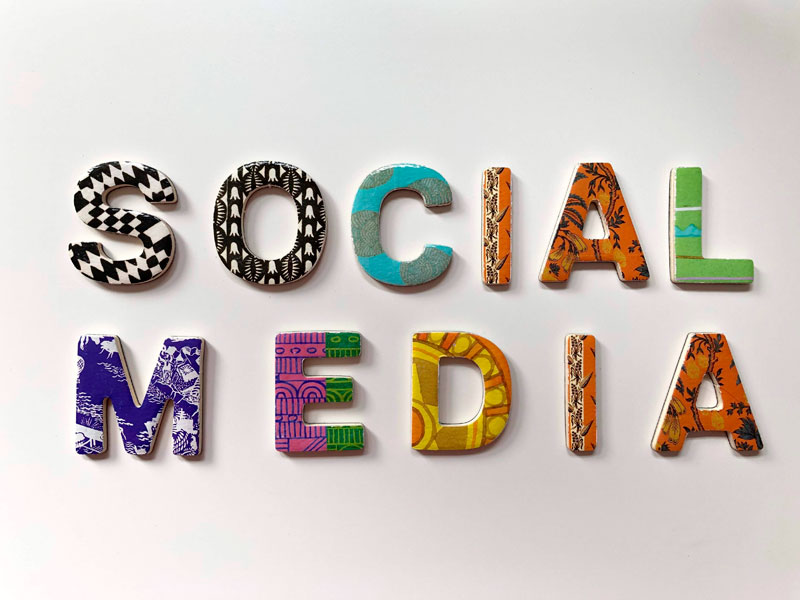 letreiro colorido escrito mídia social em inglês