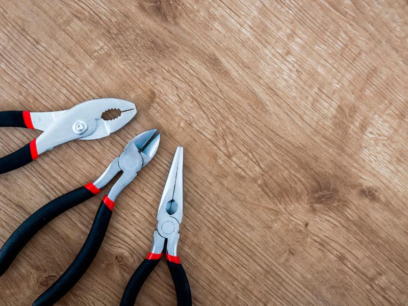 ferramentas em cima de mesa de madeira