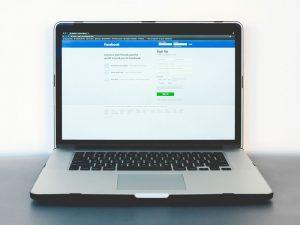 notebook com a tela de login do facebook aberta