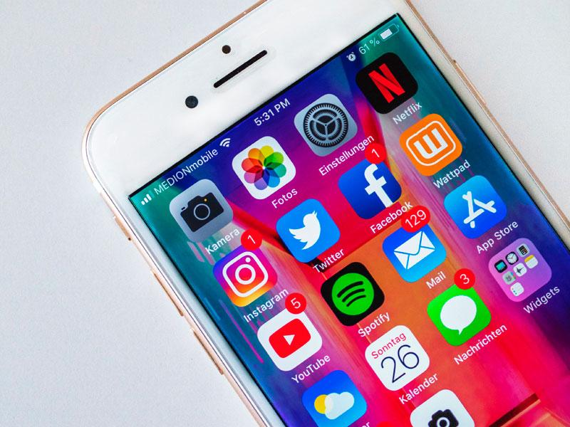 celular com aplicativos de mídias sociais