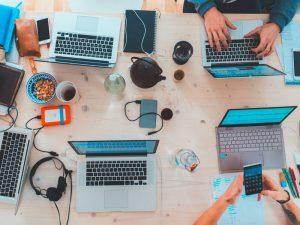 mesa de trabalho com vários notebooks