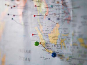 mapa com alfinetes marcando localizações