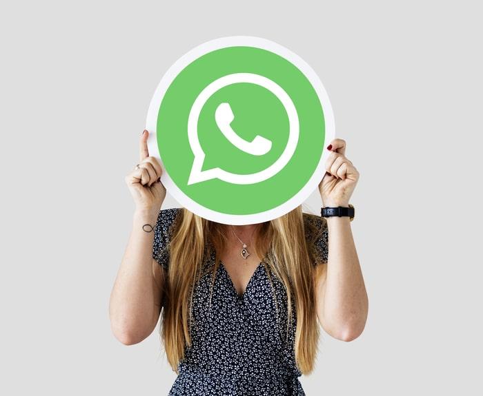 Mulher segurando ícone do Whatsapp